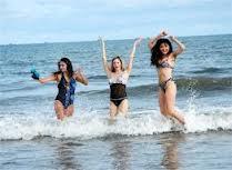 Còn điều gì tuyệt vời hơn khi được Vui đùa trên bãi biển Hải Hòa với gia đinh và bạn bè.