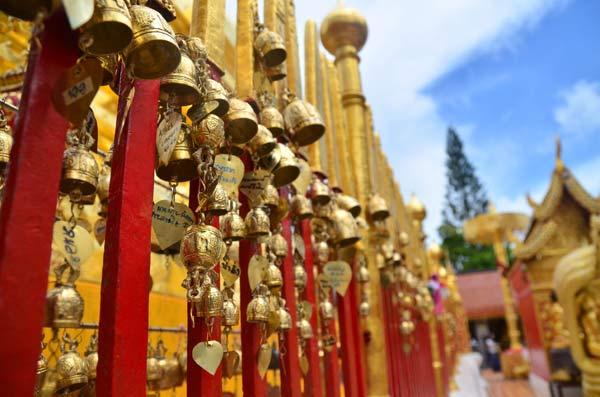 Những hàng rào quây quanh tượng cũng nặng trĩu những chiếc chuông