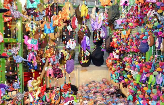 Đa dạng các mặt hàng lưu niệm tại chợ đêm Bazaaz