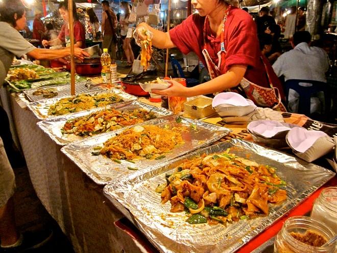 Các quán hàng ăn tại chợ đêm luôn thu hút sự quan tâm của các du khách