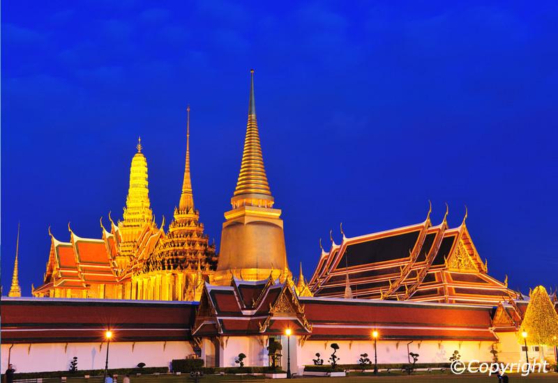 Chùa Wat Phra Aew lung linh trong đêm tối