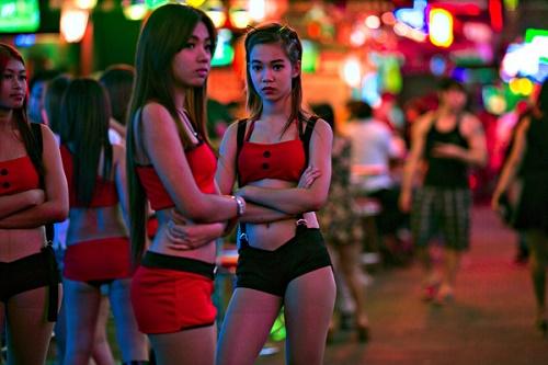 Các cô gái đứng tràn ra đường để kéo khách