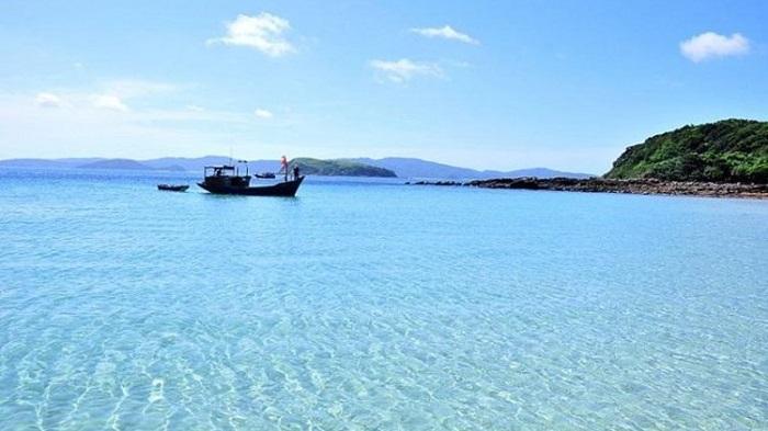 Làn nước xanh như ngọc bích tại Đảo Cô Tô