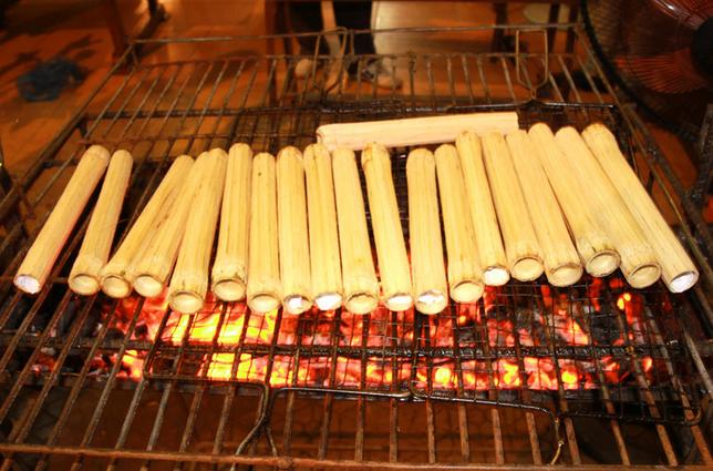 Những ống cơm lam được nướng trên bếp lửa