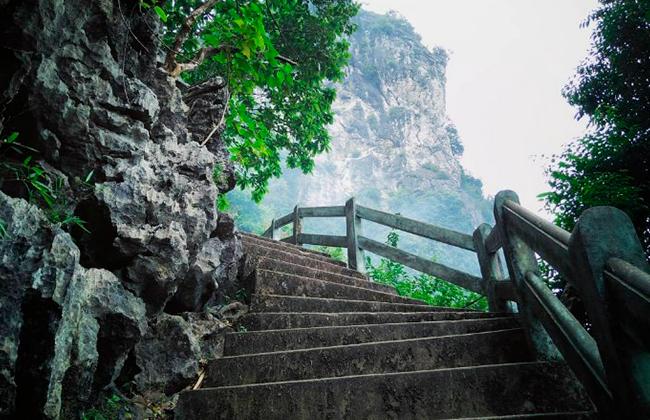 Những bậc thang đá dẫn lên đến ngọn núi Bài Thơ