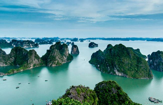 Từ trên đỉnh núi Bài Thơ có thể ngắm một góc rất khác của vịnh Hạ Long