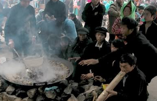 Hàng thắng cố đông khách ở Đồng Văn